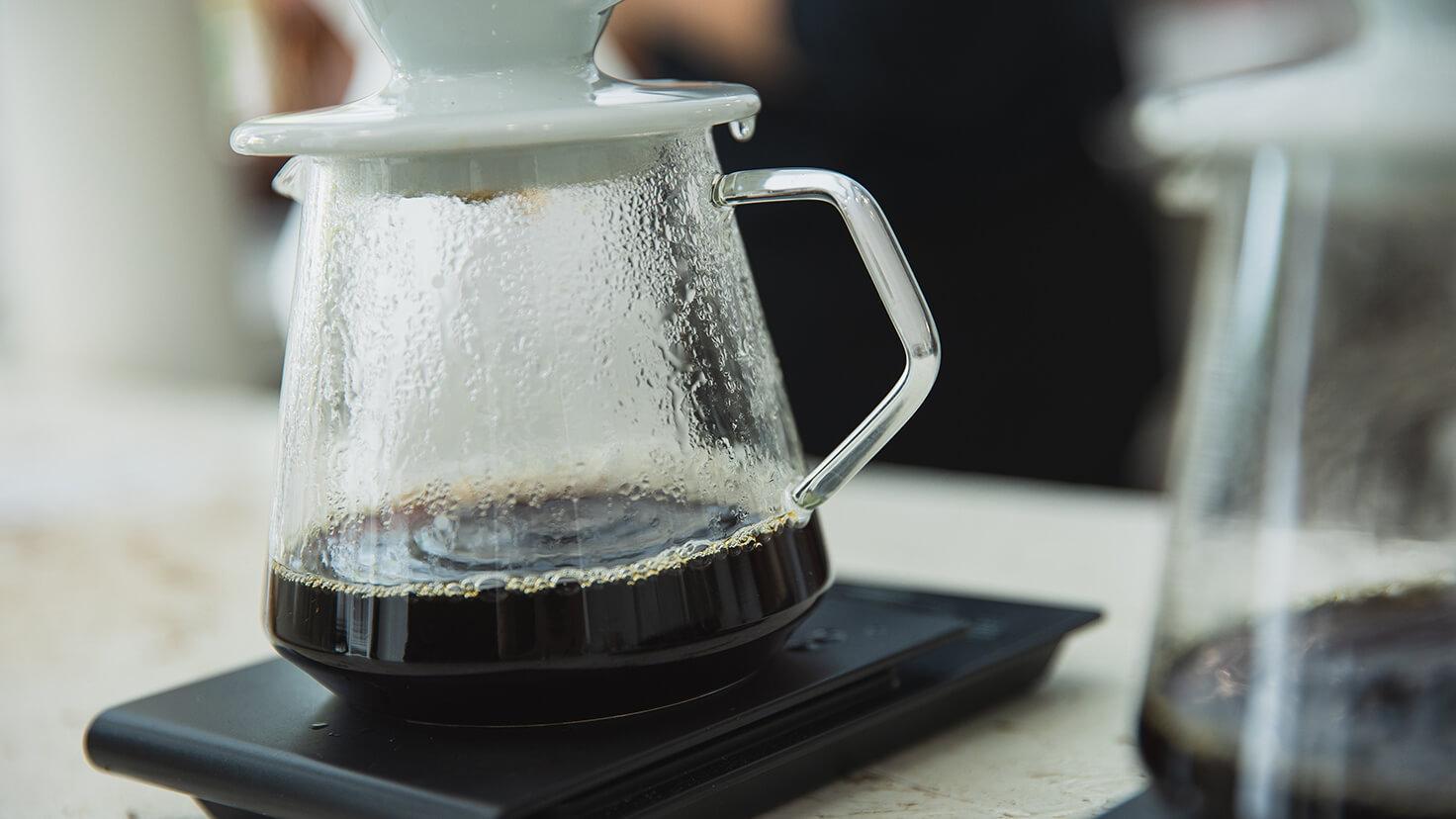 A barista tanfolyam alapjaira épülő továbbképzésen, megtanulhatod a hagyományos, gépi kávékészítésen kívül, a manapság oly divatos alternatív, azaz filter kávé készítését is