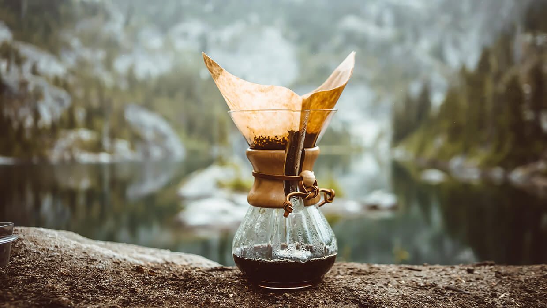 ALTERNATÍV KÁVÉKÉSZÍTÉS Manapság egyre több az olyan kávézó, ahol rengeteg újítással és különlegességgel találkozhatnak a kávérajongók. Az egyik közülük az alternatív kávékészítési technika, azaz a filterkávé készítés.