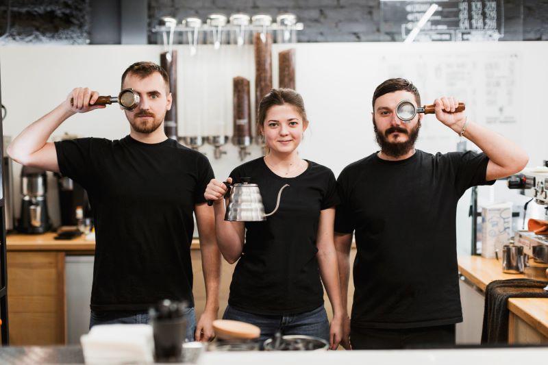 A barista jelentése a mai szóhasználatban kávékészítő és felszolgáló