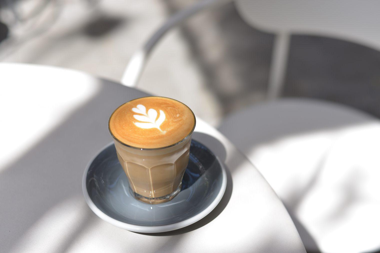 BARISTA TANFOLYAM + INGYEN MESTER BARISTA A Barista tanfolyamon elsajátíthatod a kávészakma fortélyait a kezdőtől a haladó szintig. A hagyományos olasz kávé készítéstől az újhullámos (speciality) irányvonalakat is tanítjuk a barista tanfolyamon.