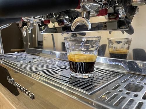 """TRÉNINGEK Baristáknak, kávékészítőknek, """"otthoni"""" kávékedvelőknek A legjobb élményajándék, minden alkalomra!"""